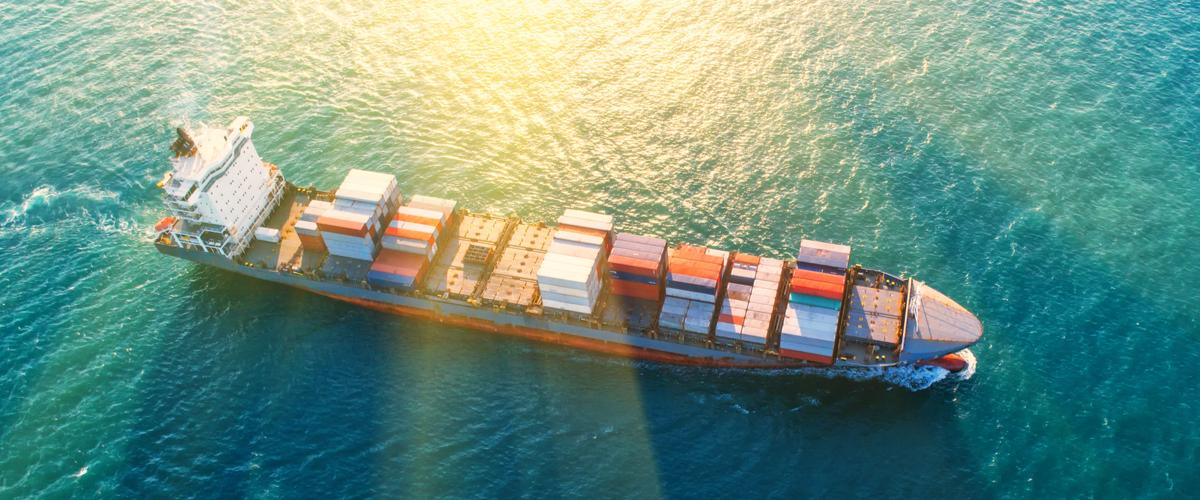 Zeecontainers op een vrachtschip