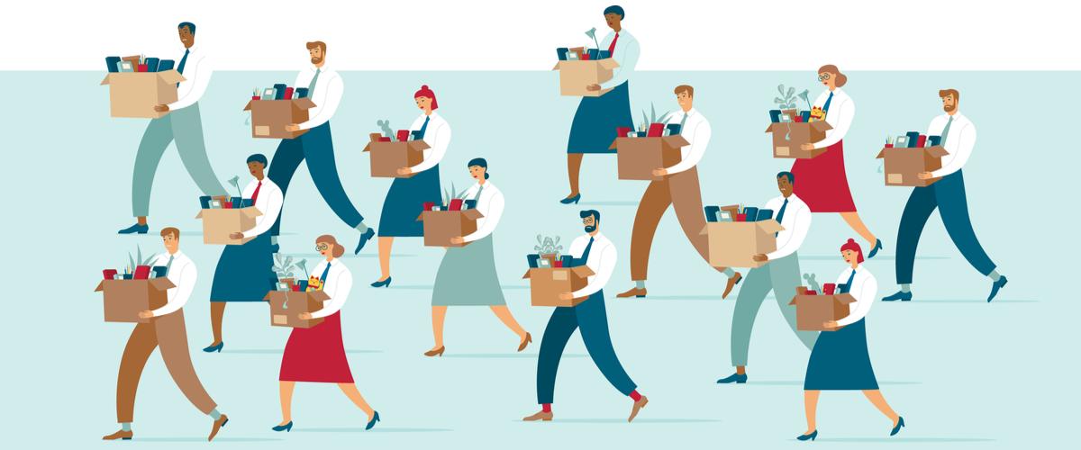 Groep mensen die met een doos vol werkspullen wegloopt