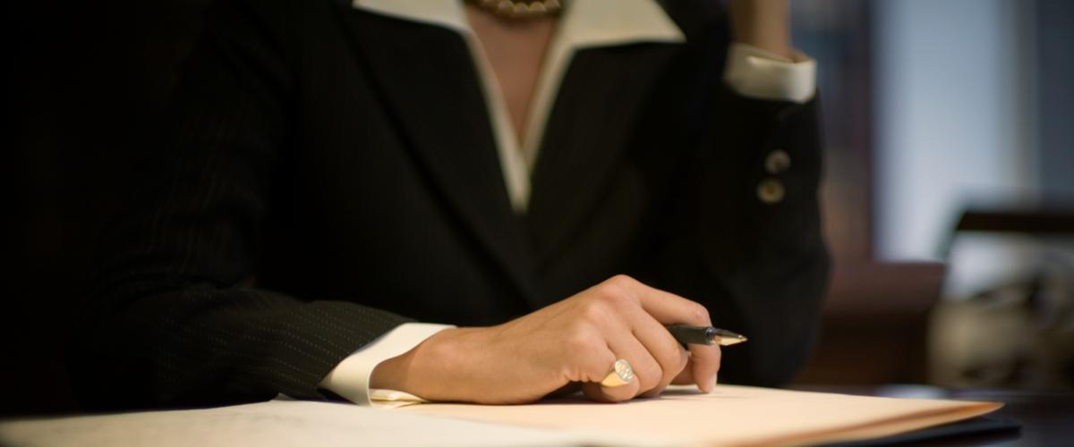 Close up van een vrouw die een pen vasthoudt