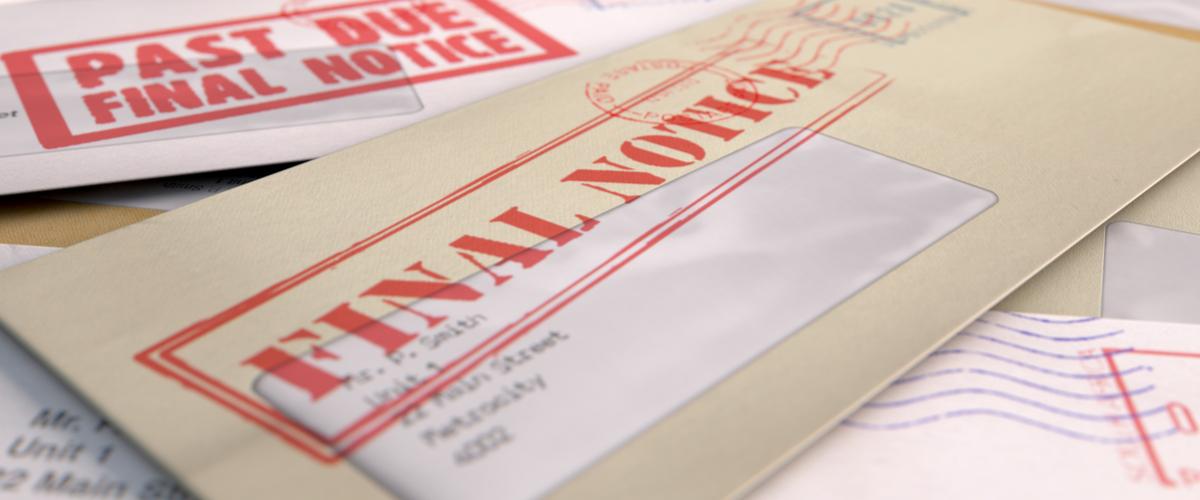 Een stapel met aanmaningen in de post