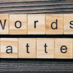 """De woorden """"words matter"""" gespeld met Scrabble stenen"""