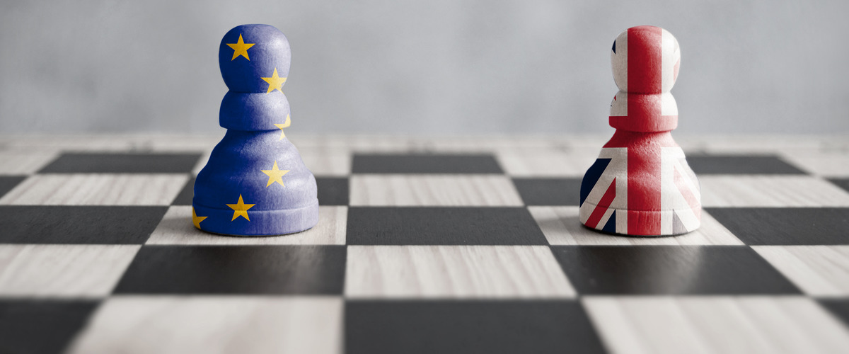 Chess pieces; one with the EU flagg and one with the English flagg