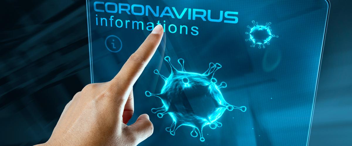 Vrouw die wijst naar een gedigitaliseerd bord met coronavirus