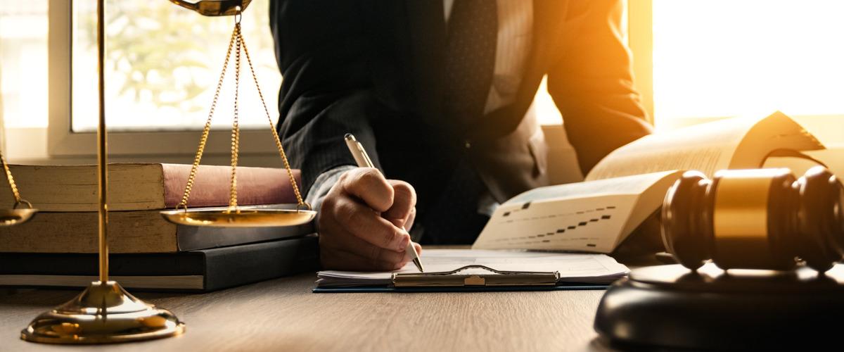 Een advocaat die documenten tekent