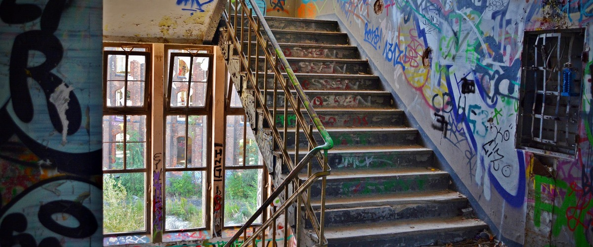 Trap in een verlaten pand besmeurd met graffiti
