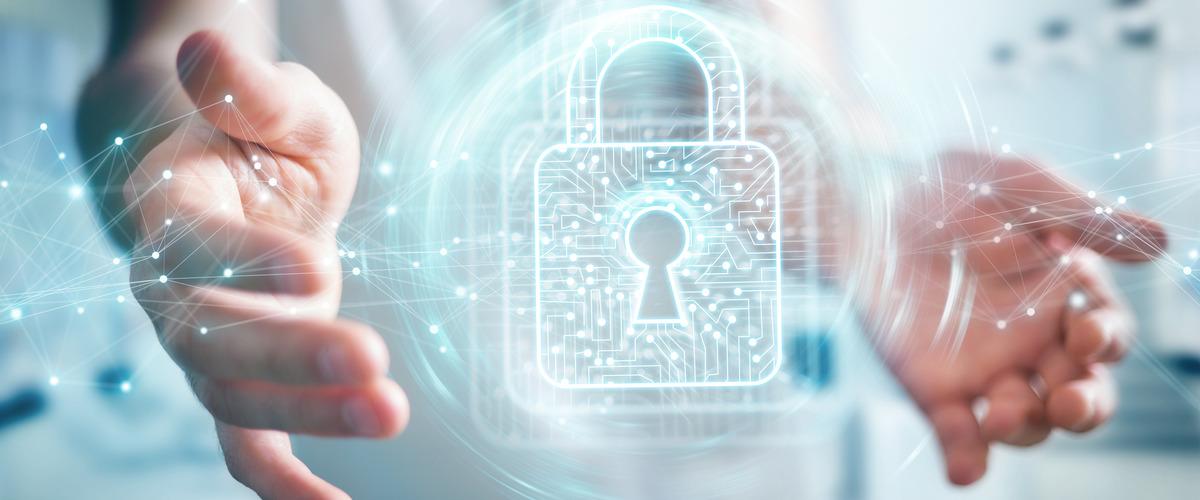Een slot als symbool van privacy, zwevend in een cyberspace tussen twee handen