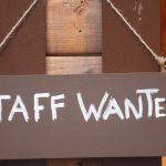 """Houten bordje met """"Staff wanted"""" erop"""